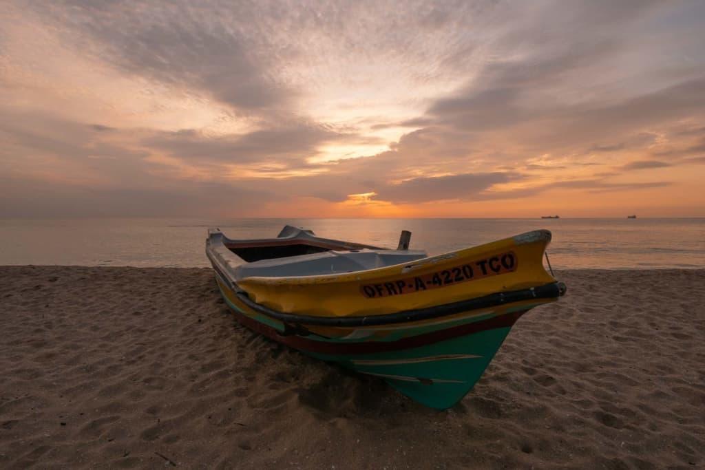 Trincomalee-sunrise-boat
