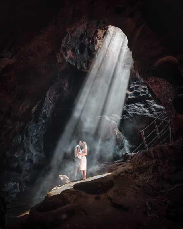 bat-cave-lombok-couple-lightrays