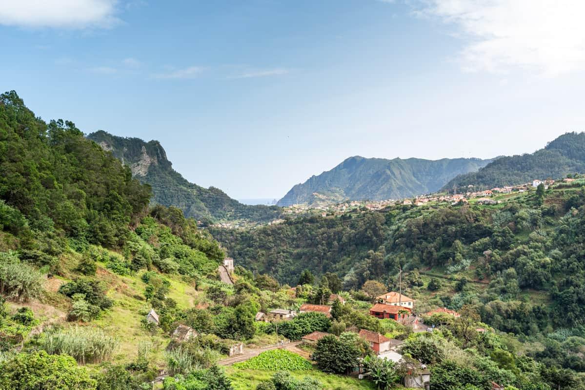 Agua-d'Alto-waterfall-view-hike-faial